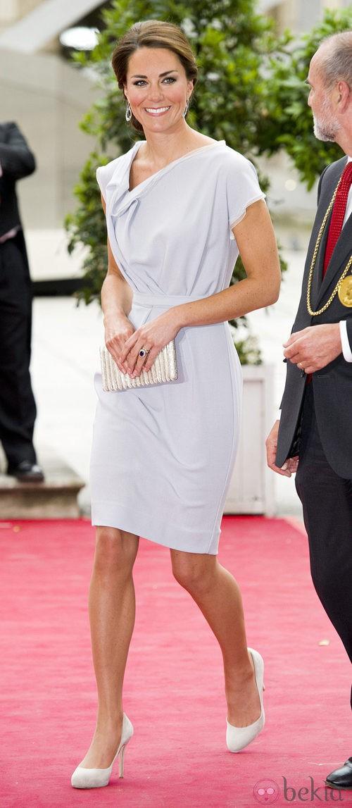 Kate Middleton con un vestido gris perla en la gala de la Royal Art Academy
