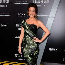 Kate Beckinsale con un vestido de pint de serpiente en el estreno de la película 'Desafío total' en Los Angeles