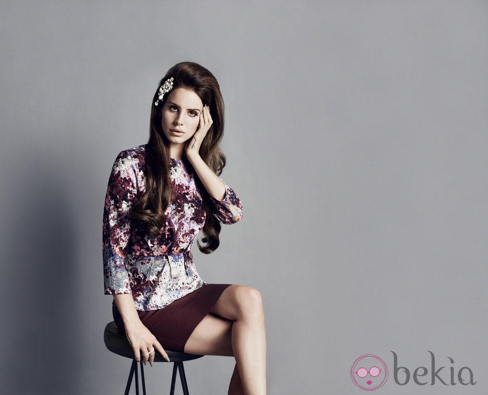 Lana del Rey con un top estampado y una falda ajustada en color burdeos de H&M otoño/invierno