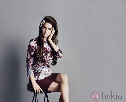 Lana del Rey con un top estampado y una falda ajustada en color burdeos de H&M otoño/invierno 2012/2013