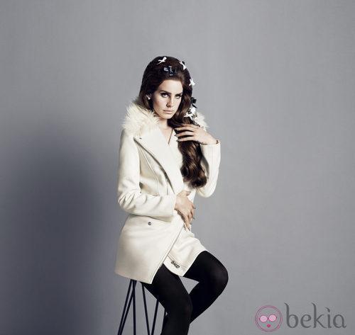 Lana del Rey con un abrigo blanco de la colección otoño/invierno 2012/2013