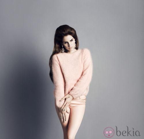 Lana del Rey con un conjunto rosa pastel de la colección otoño/invierno 2012/2013