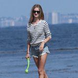 Rosie Huntington-Whiteley con un look marinero en la playa
