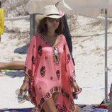 Paula Echevarría con un vestido rosa con estampado de calaveras