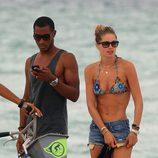 Doutzen Kroes con bikini, shorts y gafas de sol de vacaciones en Miami