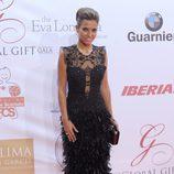 Ana Fernández con un vestido negro de plumas en la Global Gift Gala de Marbella