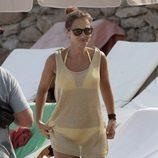 Paula Echevarría con un vestido transparente sobre un bikini amarillo