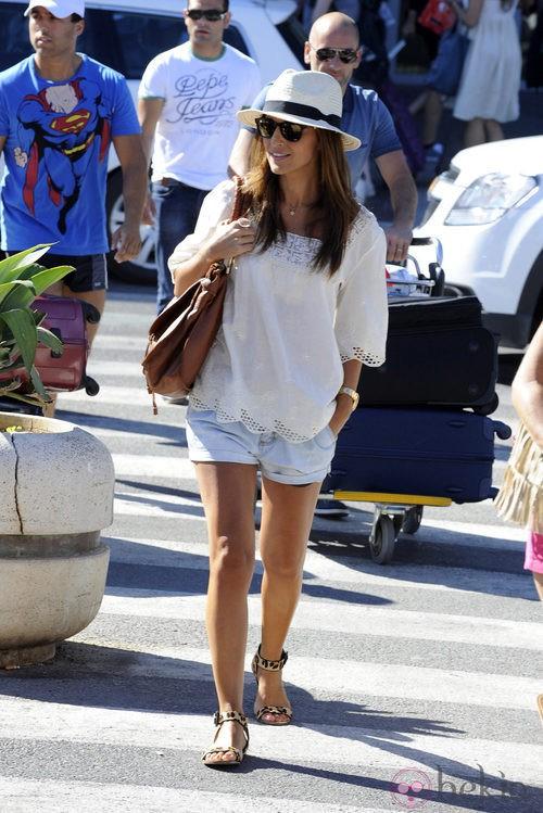 Paula Echevarría con shorts vaqueros y camisola blanca
