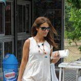 Paula Echevarría con un vestido babydoll blanco y botas camperas
