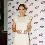 Paula Echevarría con vestido blanco y sandalias moradas