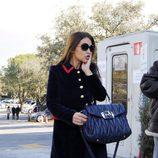 Paula Echevarría con abrigo negro con detalles rojos