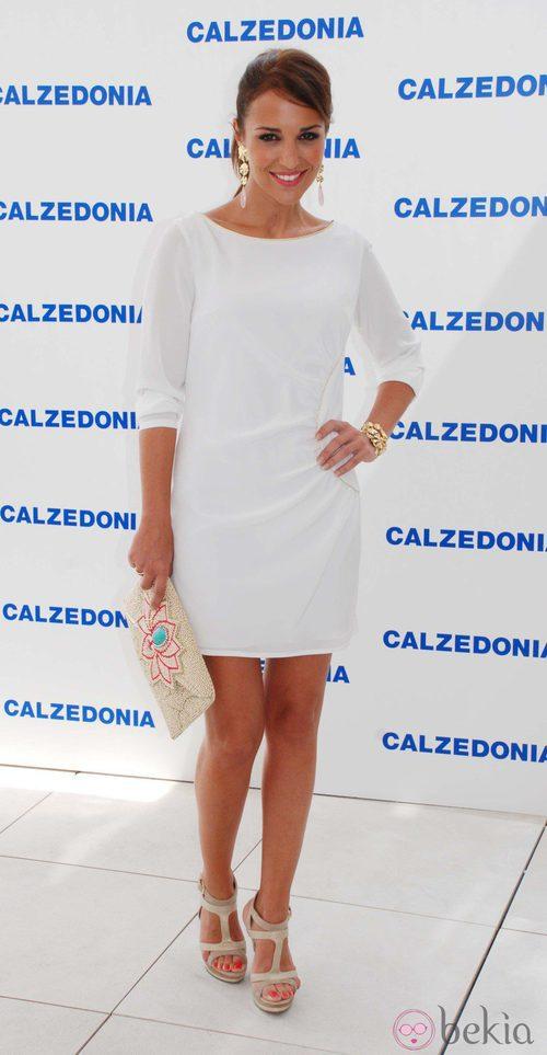 Paula Echevarría con un vestido blanco de manga tres cuartos