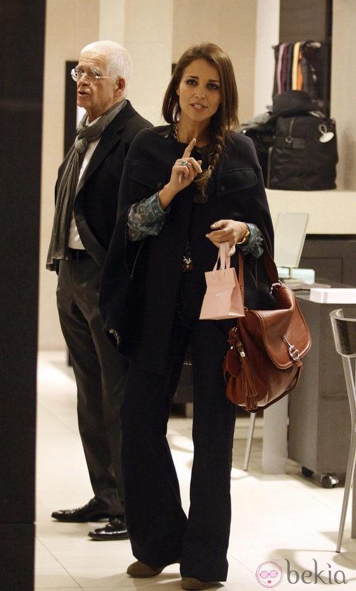 Paula Echevarría con pantalones negros y capa negra