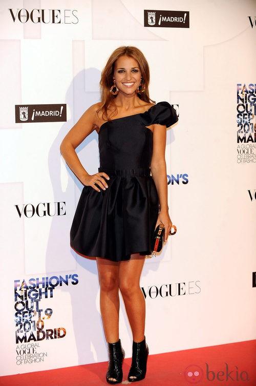 Paula Echevarría con un vestido negro asimétrico