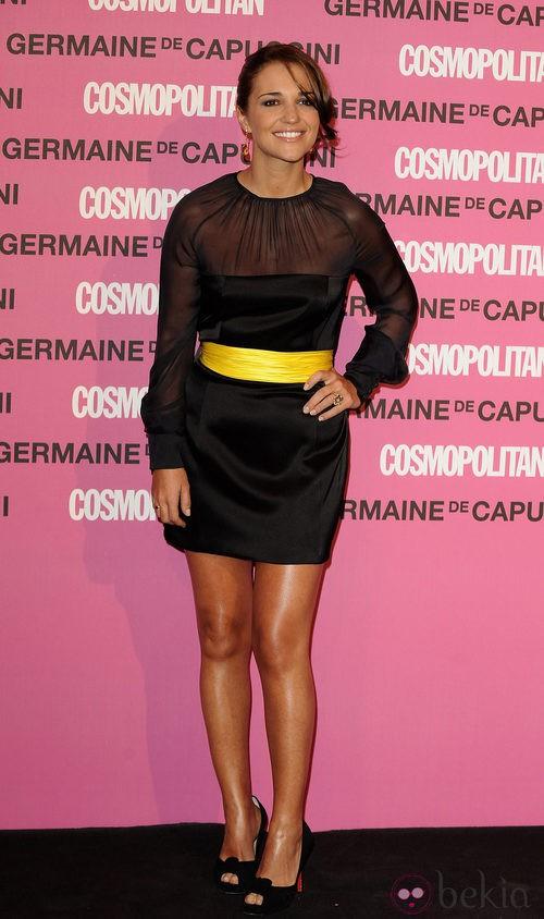Paula Echevarría con un vestido negro y cinturón amarillo