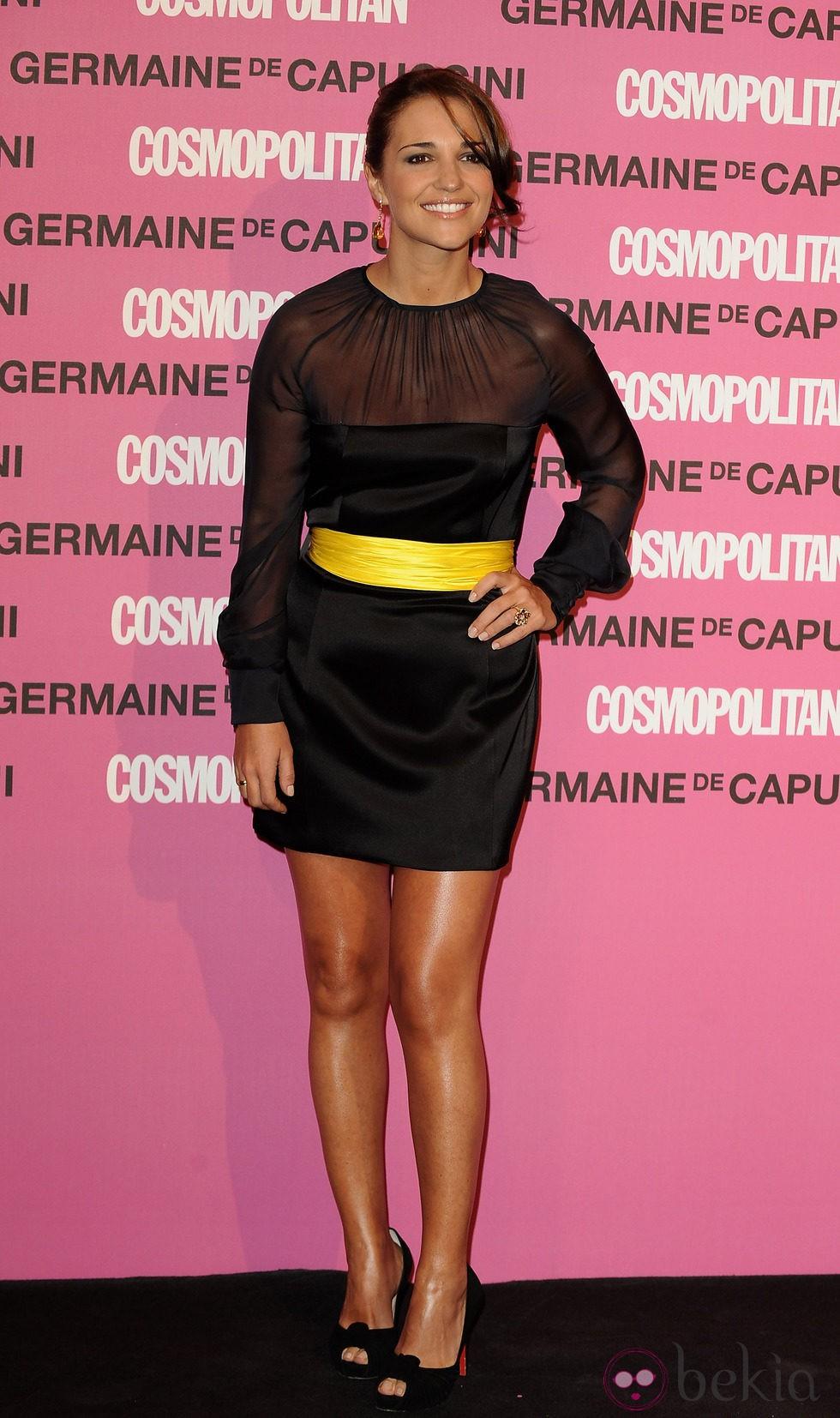 Paula Echevarría con un vestido negro y cinturón amarillo - La ...