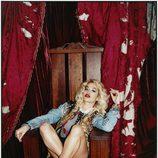 Rita Ora posa con cazadora de tachuelas y botas camel para la revista Asos Magazine
