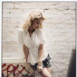 Rita Ora posa con camisa blanca de motivos dorados y shorts vaqueros para la revista Asos Magazine