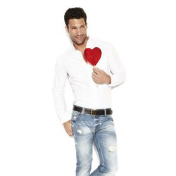 Aaron O'Connell posa con un modelo desgastado de la colección 'We love jeans' otoño 2012 de Suiteblanco