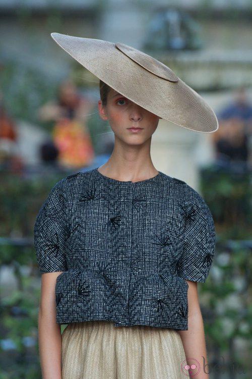 Llamativo tocado combinado con una chaqueta rígida de la colección primavera-verano 2013 de la firma DELPOZO