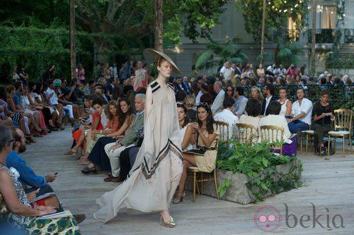 Vestido crudo vaporoso de la colección primavera/verano 2013 de DELPOZO