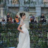 Vestido largo blanco con transparencias en el escote y un tocado de la colección primavera-verano 2013 de la firma DELPOZO