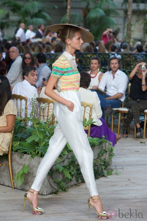 Traje pantalón, camisa estamapada con pantalón blanco combinado con un tocado y zapatos de plataforma dorados  de la colección primavera-verano 2013 de la