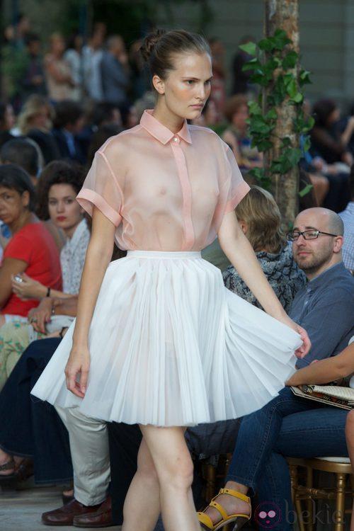Falda plisada blanca y camisa rosa transparente de la colección primavera-verano 2013 de la firma DELPOZO