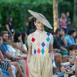 Pantalón pomposo y jersey de rombos con camisa blanca debajo de la colección primavera-verano 2013 de la firma DELPOZO
