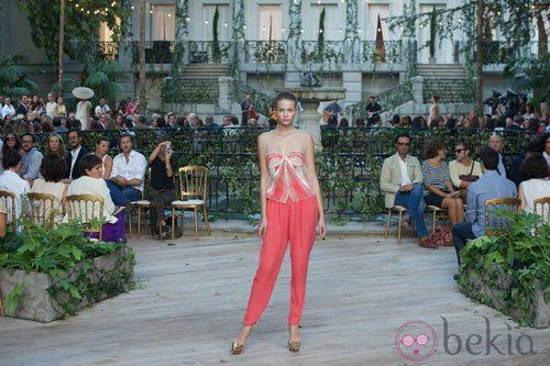 Pantalón largo coral y blusa con transparencias de la colección primavera-verano 2013 de la firma DELPOZO