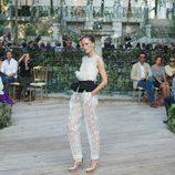 Traje blanco con bordados y cinturón negro, con zapatos de plataforma dorados de la colección primavera-verano 2013 de la firma DELPOZO