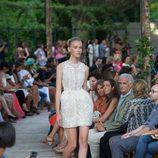 Vestido corto blanco con flores bordadas y zapatos dorados de plataforma de la colección primavera-verano 2013 de la firma DELPOZO