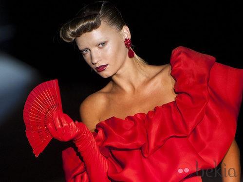 Traje rojo pasión de volantes acompañado de un abanico en la colección primavera-verano 2013 de Roberto Verino