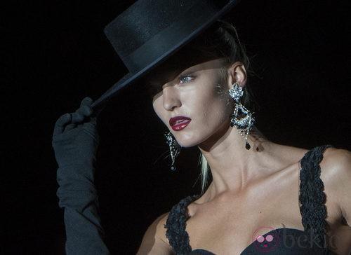 Traje negro con sombrero de copa, guantes y abanico en la colección primavera-verano 2013 de Roberto Verino