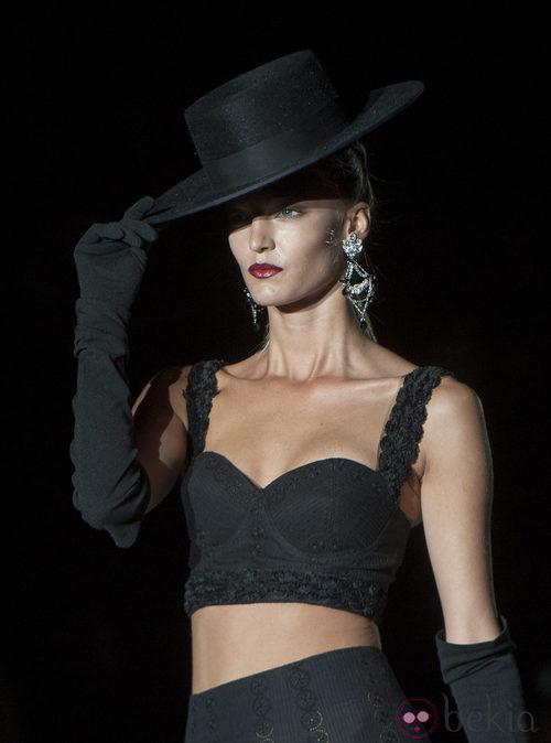 Pantalón y top negro con sombrero de copa, guantes y abanico en la colección primavera-verano 2013 de Roberto Verino