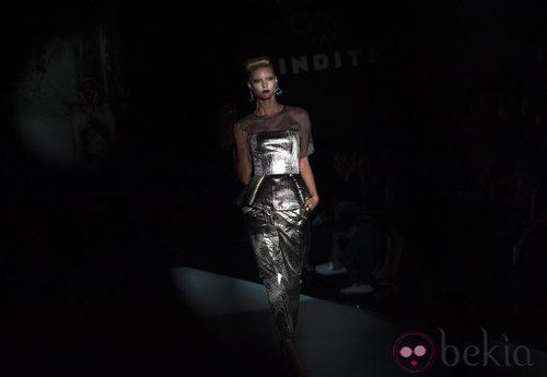 Traje de cuerpo entero metálico con blusa negra de la colección primavera-verano 2013 de Roberto Verino