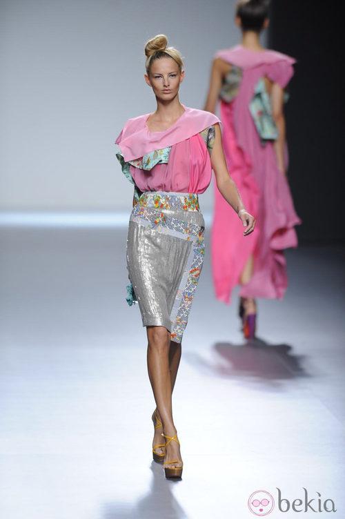 Falda de tubo plateada y blusa rosa de la colección primavera-verano 2013 de Victorio&Lucchino