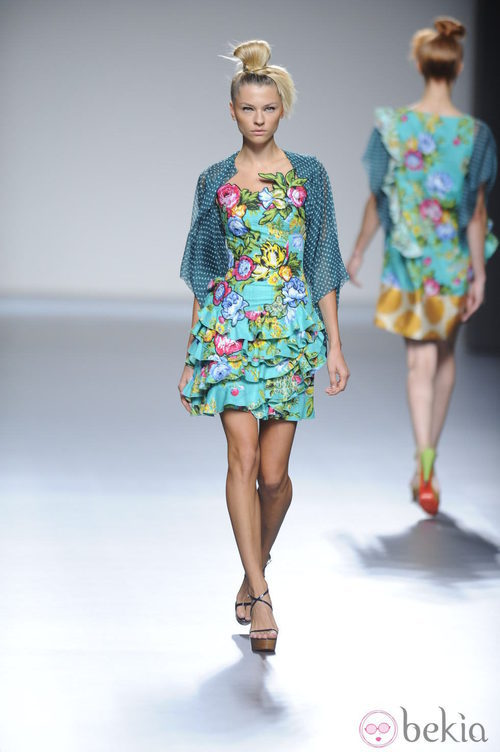 Vestido corto turquesa estampado de flores de la colección primavera-verano 2013 de Victorio&Lucchino