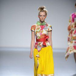 Falda amarilla con lunares en el bajo y camisa estilo kimono de la colección primavera-verano 2013 de Victorio&Lucchino