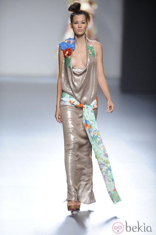 Vestido largo con escote abierto y lazo en la cintura de la colección primavera-verano 2013 de Victorio&Lucchino
