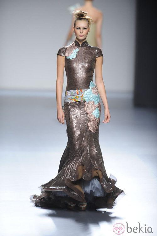 Vestido largo marrón con volantes en el bajo lazo en la cintura de la colección primavera-verano 2013 de Victorio&Lucchino