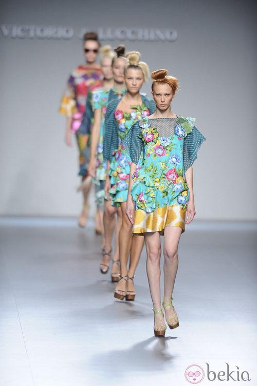 Modelos desfilando la colección primavera-verano 2013 de Victorio&Lucchino en Fashion Week Madrid
