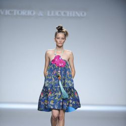 Vestido corto azul marino estampado de flores atado al cuello de la colección primavera-verano 2013 de Victorio&Lucchino