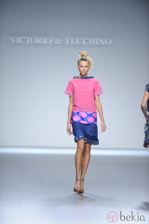 Camiseta larga rosa con lunares en el bajo y falda azul marino de la colección primavera-verano 2013 de Victorio&Lucchino