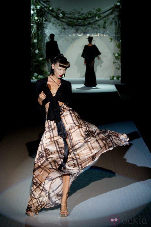 Falda de vuelo con torera negra de la colección primavera-verano 2013 de Roberto Verino