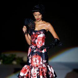 Vestido negro con estampado de rosas rojas, guantes y abanico de la colección primavera-verano 2013 de Roberto Verino
