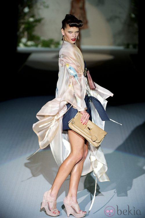 Modelo con capa de seda y cuñas beige de la colección primavera-verano 2013 de Roberto Verino