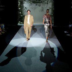 Mark Vanderloo con traje tierra en el desfile de Roberto Verino de septiembre Fashion Week