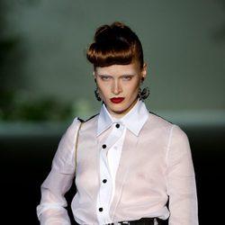 Falda de tiro alto y blusa blanca semi transparente de la colección primavera-verano 2013 de Roberto Verino