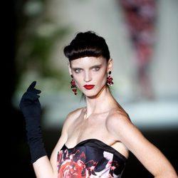 Vestido negro con estampado de rosas rojas palabra de honor de la colección primavera-verano 2013 de Roberto Verino